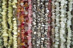 Molte collane delle pietre semipreziose in deposito Immagine Stock