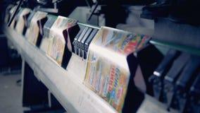 Molte copertine identificate stampate che si muovono lungo il trasportatore illustrazione vettoriale