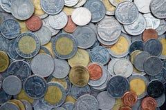 Molte delle monete dell'argento e di oro di baht tailandese Fotografia Stock