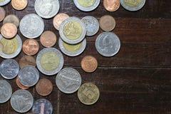 Molte delle monete dell'argento e di oro di baht tailandese per il concetto di affari, di finanza e di attività bancarie Fotografie Stock