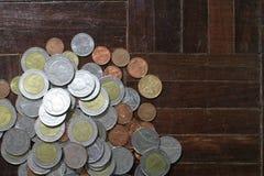 Molte delle monete dell'argento e di oro di baht tailandese per il concetto di affari, di finanza e di attività bancarie Immagine Stock Libera da Diritti