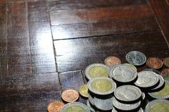 Molte delle monete dell'argento e di oro di baht tailandese per il concetto di affari, di finanza e di attività bancarie Fotografia Stock Libera da Diritti