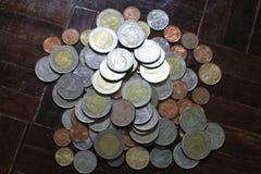 Molte delle monete dell'argento e di oro di baht tailandese per il concetto di affari, di finanza e di attività bancarie Fotografia Stock