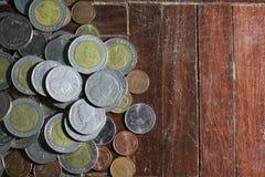 Molte delle monete dell'argento e di oro di baht tailandese per il concetto di affari, di finanza e di attività bancarie Immagini Stock