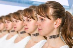 Molte donne in una fila con il codice a barre - concetto genetico del clone fotografia stock