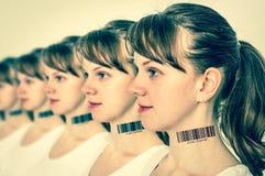 Molte donne in una fila con il codice a barre - concetto genetico del clone fotografie stock