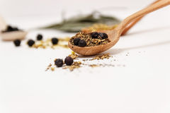 Molte erbe medicinali differenti in cucchiai di legno Immagini Stock