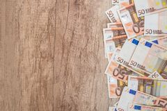 molte 50 euro banconote sullo scrittorio di legno Fotografie Stock