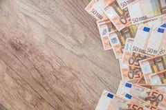 molte 50 euro banconote sullo scrittorio di legno Immagini Stock