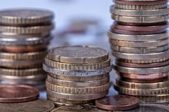 Molte euro monete impilate in colonne Fotografia Stock