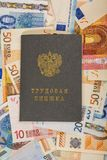 Molte euro-obbligazioni di carta come componente del sistema di commercio con un quaderno della rf che si trova sulla cima Fotografia Stock