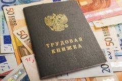 Molte euro-obbligazioni di carta come componente del sistema di commercio con un quaderno della rf che si trova sulla cima Fotografie Stock Libere da Diritti