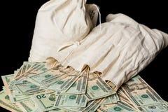 Molte fatture o note di dollaro americano con le borse dei soldi Fotografia Stock
