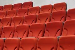 Molte file delle sedie vuote rosse Fotografie Stock