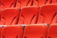 Molte file delle sedie vuote rosse Fotografia Stock