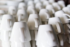 Molte file delle tazze di caffè macchiato pure Fotografie Stock