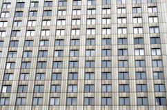 Molte finestre una costruzione urbana alta del colore monofonico Immagine Stock