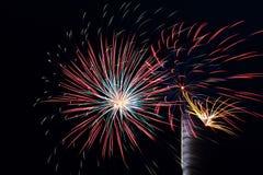 Molte grandi esplosioni del fuoco d'artificio Fotografie Stock Libere da Diritti