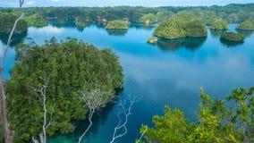 Molte isole coperte dalle palme nel passaggio fra Gam e Waigeo, punto di vista vicino all'alloggio presso famiglie di Warikaf Pap Immagini Stock Libere da Diritti