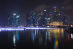 Molte lanterne su Marina Bay, con lo skyli moderno iconico della città Immagini Stock Libere da Diritti