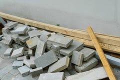 Molte lastre per pavimentazione per la riparazione delle strade pedonali fotografia stock
