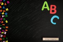 Molte lettere multicolori isolate sulla lavagna immagini stock libere da diritti
