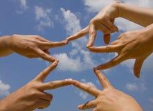 Molte mani che connettono alla stella Immagini Stock Libere da Diritti