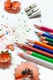 Molte matite colorate differenti su fondo di carta Immagini Stock Libere da Diritti