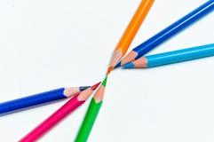 Molte matite colorate differenti su fondo di carta Immagine Stock Libera da Diritti