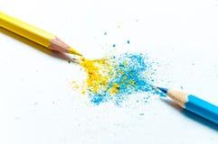 Molte matite colorate differenti su fondo di carta Fotografie Stock