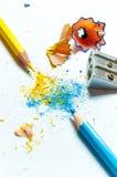 Molte matite colorate differenti su fondo di carta Immagini Stock
