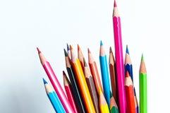 Molte matite colorate differenti su fondo di carta Immagine Stock