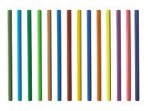 Molte matite colorate su un fondo bianco Fotografia Stock