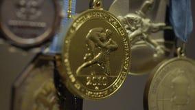 Molte medaglie d'oro con il primo piano tricolore dei nastri Medaglia per il primo posto nella concorrenza nel judo Molte medagli archivi video