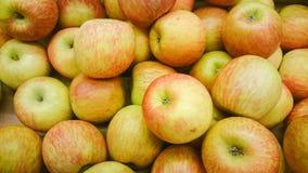 Molte mele rosse in centro commerciale sul primo piano di vendita hanno sparato l'immagine naturale di colore immagine stock libera da diritti