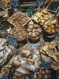 Molte merci nel carrello commestibili differenti dei funghi sul mercato dell'alimento Fotografie Stock