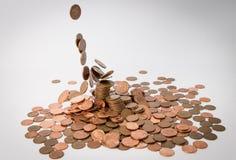 Molte monete del metallo isolate ai precedenti bianchi ed altre monete che cadono dal cielo fotografie stock libere da diritti