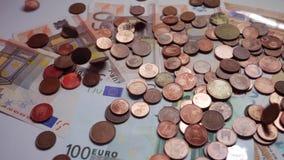 Molte monete e fatture, euro, soldi video d archivio