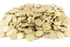 Molte monete su un fondo bianco Senza cuciture avvolto Fotografia Stock