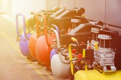 Molte nuove pompe di pressione dei compressori d'aria si chiudono sulla foto fotografie stock libere da diritti