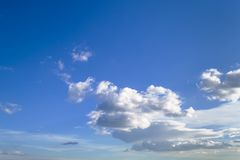 Molte nuvole sceniche bianche alte in cielo blu un giorno soleggiato, skyscape dell'atmosfera immagini stock
