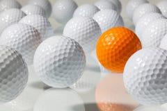 Molte palle da golf su una tavola di vetro Fotografia Stock Libera da Diritti