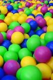 Molte palle di plastica variopinte in un kids& x27; ballpit ad un campo da giuoco Immagini Stock