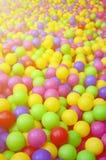 Molte palle di plastica variopinte in un kids& x27; ballpit ad un campo da giuoco Fotografia Stock Libera da Diritti
