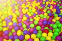 Molte palle di plastica variopinte in un kids& x27; ballpit ad un campo da giuoco Fotografie Stock
