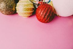 Molte palle festive decorative di Natale di natale di Natale brillante multicolore differente belle, fondo dei giocattoli dell'al immagini stock libere da diritti