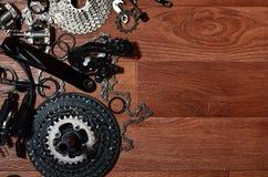 Molte parti di metallo e componenti differenti dell'ingranaggio corrente di immagine stock