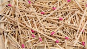 Molte partite con marrone e le teste di partita rosa che spargono sulle file Fotografie Stock