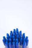 Molte penne a sfera su un fondo bianco fotografie stock libere da diritti