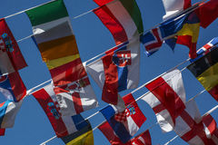 Molte piccole bandiere dei paesi differenti sulla corda Fotografia Stock